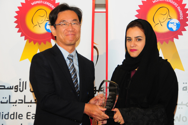 Hon. Japanese Consul General Hisashi Michigami Presents the Woman Leader in Corporate Media and Communications Excellence Award to Moaza Al Marri, Director of Marketing and Corporate Communications - RTA