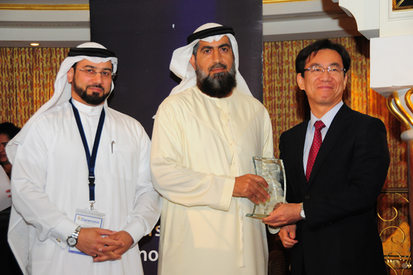 H.E. Hisashi Michigami, Consul General of Japan in Dubai, presenting the Freezone Authorities Customer Care Excellence Award To Mr. Ayoub Ahmed Al Hammadi, Executive Director of Customer Relations and Licensing - DAFZA
