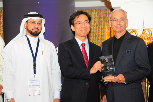 H.E. Hisashi Michigami, Consul General of Japan in Dubai, presenting the Hotel and Resort Customer Care Excellence Award To Mr. Olivier Louis, Managing Director - One&Only Resorts (One&Only Royal Mirage and One&Only The Palm