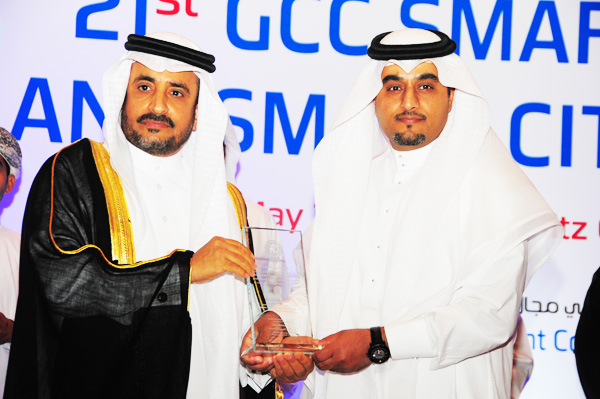 HE Dr. Yahya bin Abdullah Asamaan, Assistant Saudi Shura Council Speaker Presents the Smart Municipality eServices Excellence Award, to Jeddah Muncipality,Kingdom of Saudi Arabia, Received by Engineer Yasser Al-Sharief, Director of Applications and Electronic Services