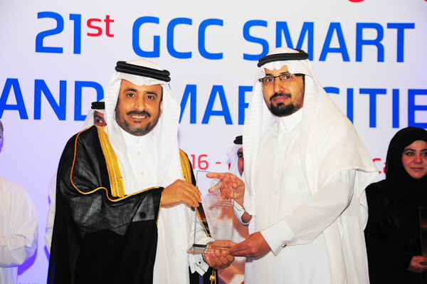 HE Dr. Yahya bin Abdullah Asamaan, Assistant Saudi Shura Council Speaker Presents the Smart Education Systems Cloud Initiative Excellence Award, to University of Ha'il,Kingdom of Saudi Arabia, Received by Dr. Majed Alhaisoni Dean of IT and e-Learning University of Ha'il