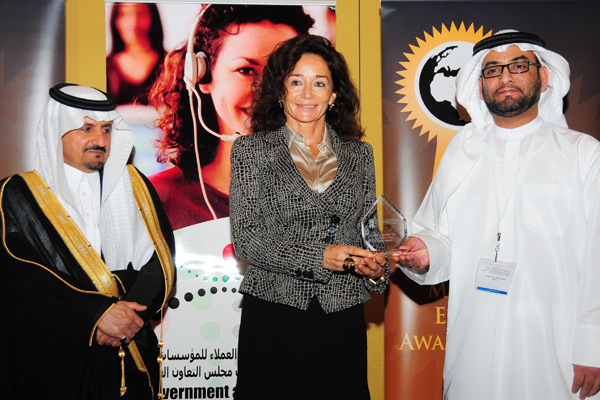 Mrs. Anita Mehra, Vice President – Marketing & Corporate Communications - Dubai Airports, Receives the Airport Customer Care Award Excellence Award, Presented by The Chief Guest H.E Khalifa Salem Al Mansoori Executive Director, Area Services Sector, Madin