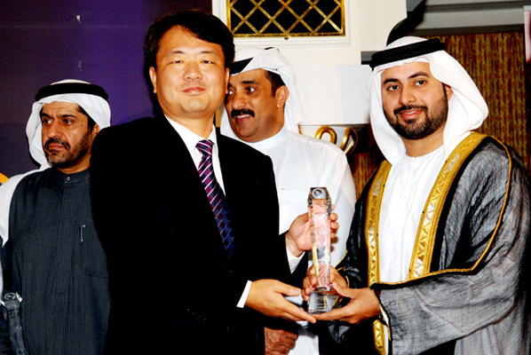 Sheikh Maktoum Bin Hasher Al Maktoum,CEO, Al Fajer Group awarded Mr. JUNE WOO LEE, GENERAL MANAGER, SAMSUNG GULF ELECTRONICS - Electronics Customer Care Excellence Award