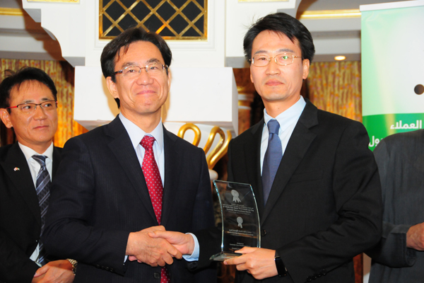 H.E. Hisashi Michigami, Consul General of Japan in Dubai, presenting the Electronics Development Customer Care Excellence Award To Mr. Kang & Mr. Lee, Vice President - Samsung Gulf Electronics