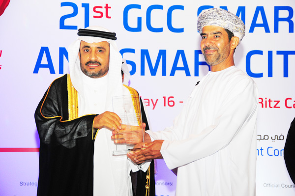 HE Dr. Yahya bin Abdullah Asamaan, Assistant Saudi Shura Council Speaker Presents the GCC Government Integrated eServices Excellence Award to Royal Oman Police Sultanate of Oman, Received by Mr. Ahmed Abdullah Al Hadhrami Director of Admin and Finance Affairs