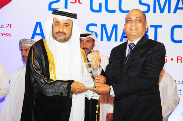 HE Dr. Yahya bin Abdullah Asamaan, Assistant Saudi Shura Council Speaker Presents the Smart Tourism eServices Excellence Award, to Qatar Airways, Received by Mr. Rohan Seneviratne, Country Manager – UAE