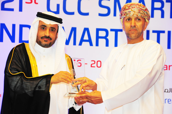 HE Dr. Yahya bin Abdullah Asamaan, Assistant Saudi Shura Council Speaker Presents the Smart ICT Governance Excellence Award to The Information Technology Authority (ITA),Received by Dr. Salim Sultan Al Ruzaiqi Chief Executive Officer for ITA